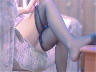 极品爆乳网红美少女软软趴在床单上VIP版首次大尺度露出 看片受不了沙发自慰玩无毛嫩穴
