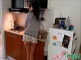 妈妈被困在厨房和性交01