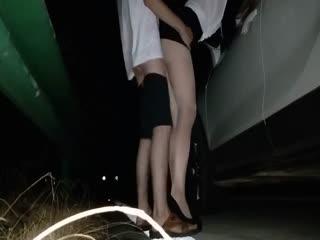 齐逼短裙高跟大长腿美女为了体验刺激夜晚到公路上玩车震
