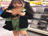 小萝莉超市露出,差点被发现!