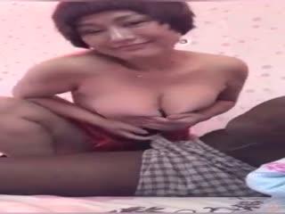 某手短视频小有名气的风骚熟女『开心大美妞』跟老黑约炮做爱 被巨屌插的哇哇叫 对白很淫荡