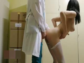 白皙翘臀美女少妇剧情演绎医院更衣室穿着网袜勾引医生啪啪打炮 无套后入站炮猛操粉穴