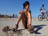 妹子在海滩上自慰喷水 超刺激