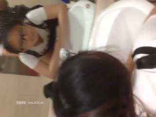 大学生背包客情侣突然性起在旅游景区的公厕里对着镜子啪啪自拍眼镜妹好骚啊下面好多白浆
