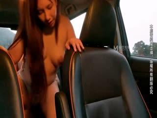 麻豆国产AV无套系列-计程车内无套车震大战 司机粉丝内射偶像满穴