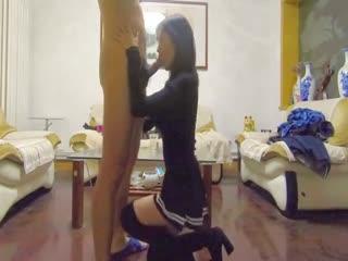 公司勾搭很久的长腿美少妇纤细大长腿翘臀在客厅跪舔 各种被操